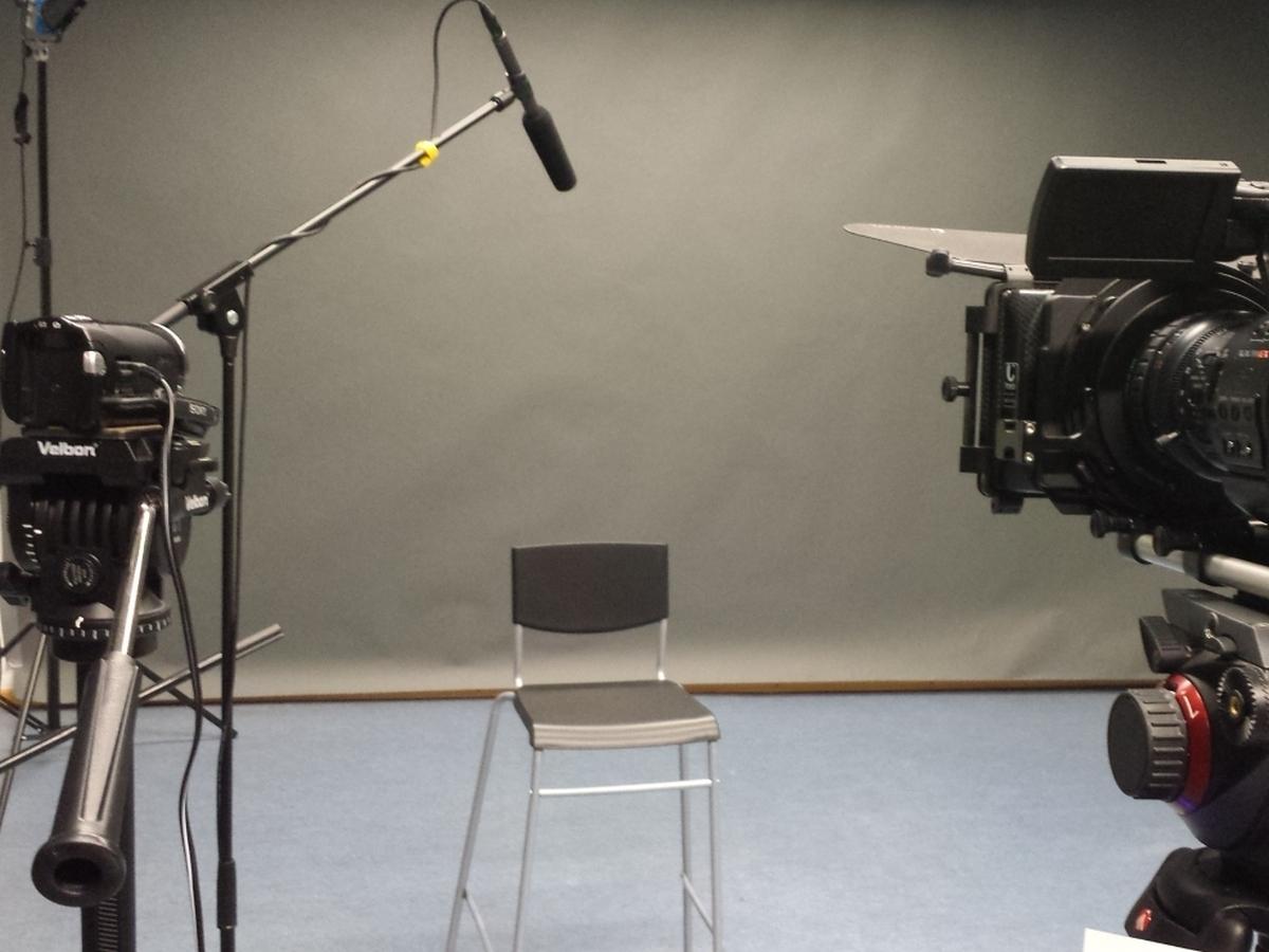 Studiosituation: Ein Stuhl, Mikorofon, Kamera